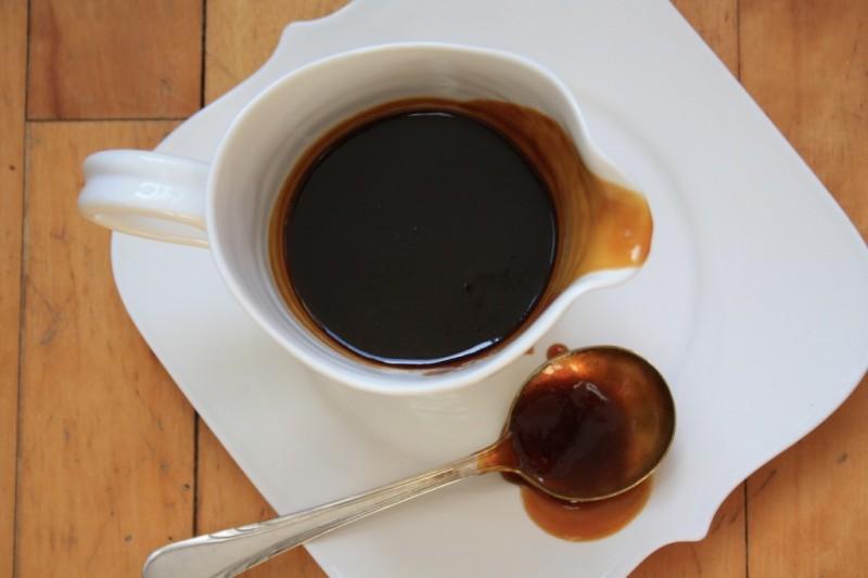 sauce au caramel dans une tasse blanche