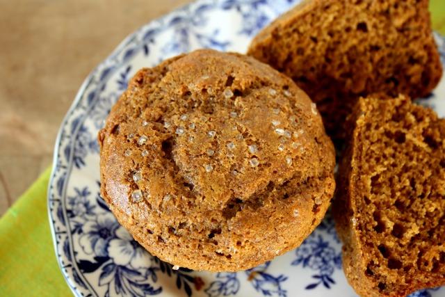 Muffins santé au pain d'épice dans une assiette