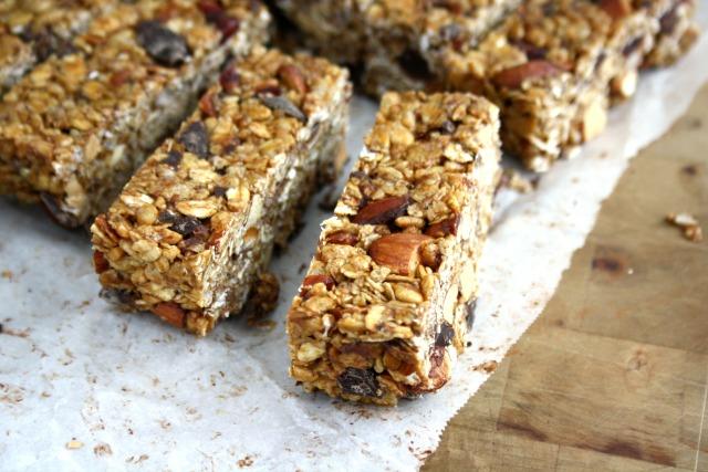 Ces barres de céréales croquantes aux canneberges et amandes remplissent les conditions : une gâterie sucrée un peu saine.
