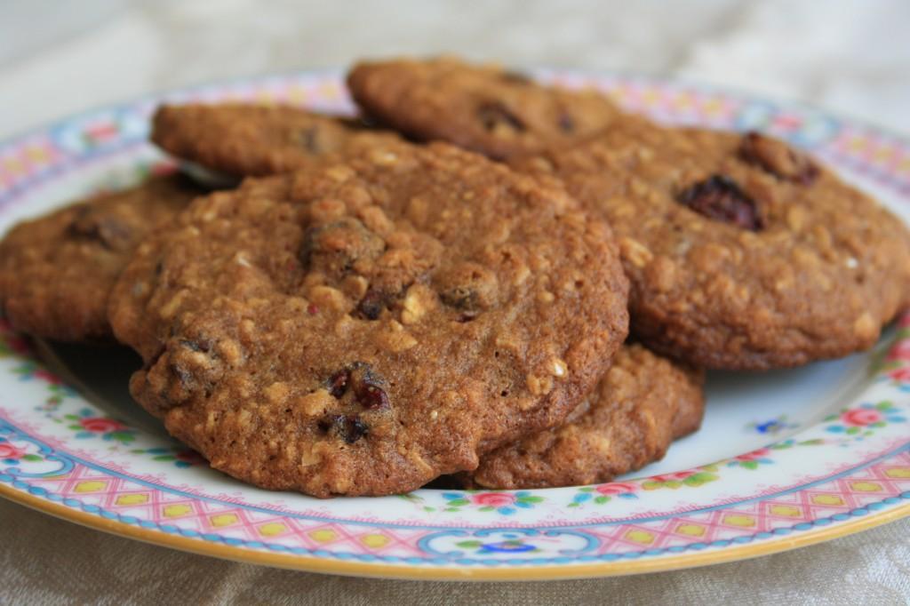 Biscuits aux flocons d'avoine et à la mélasse  dans une assiette