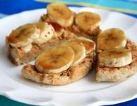 Muffin anglais à la banane brûlée et au beurre d'arachides.