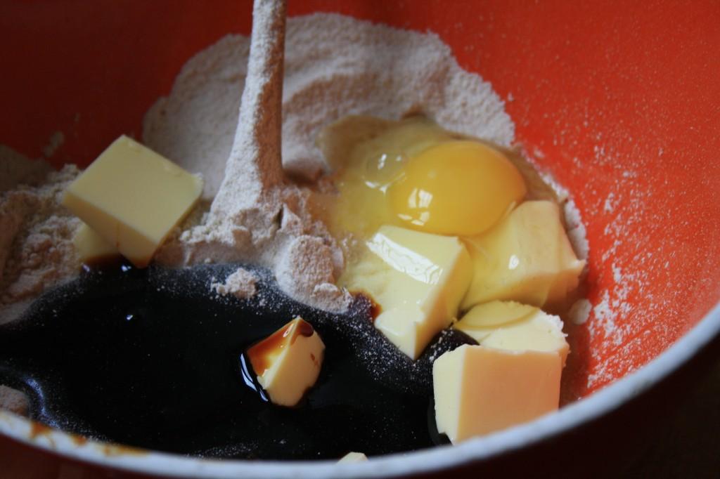 œuf, beurre, farine et mélasse dans un bol