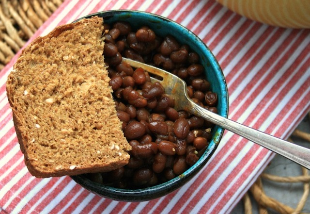 Fèves au lard à la mélasse avec tranche de pain