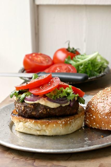 Le burger Ti-Mé (burger doux et épicé). Un succulent hamburger toujours tendre.