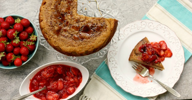 Voila, votre nouveau dessert d'ete. Ce gâteau de pain de maïs convient à tous de vos fruits d'été préférée, de la compote de rhubarbe aux fraises,...