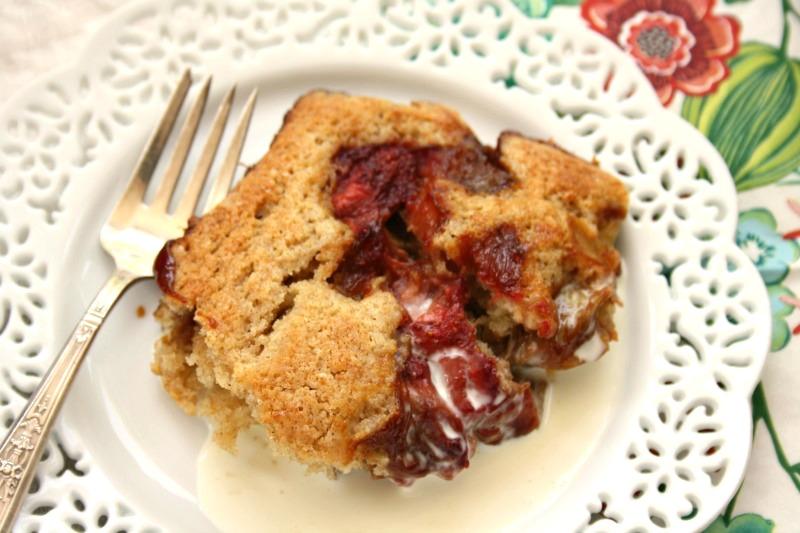 Gâteau pouding aux fraises et à la rhubarbe