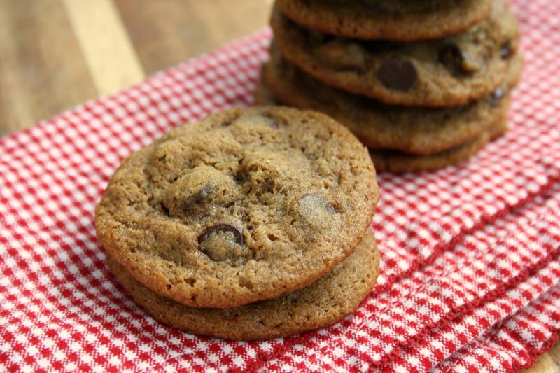 Biscuits aux pépites de chocolat et à la mélasse sur un linge rouge