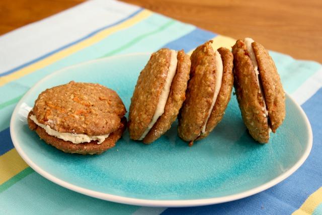 Biscuits au gâteau aux carottes dans une assiette