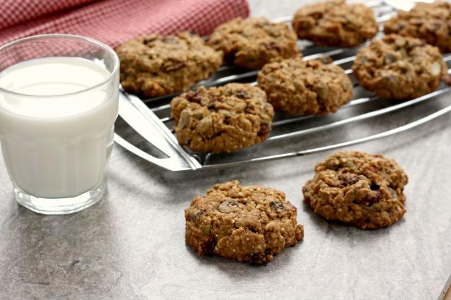 Biscuits aux flocons d'avoine et brisures de chocolat et verre de lait