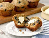 Muffins de blé entier aux bleuets sont nutritifs, rapides à avaler et tellement savoureux avec du beurre d'arachide.