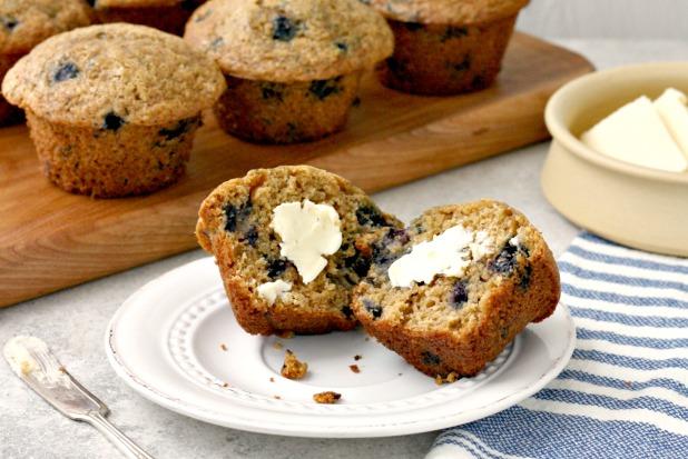 Muffins de blé entier aux bleuets dans une assiette