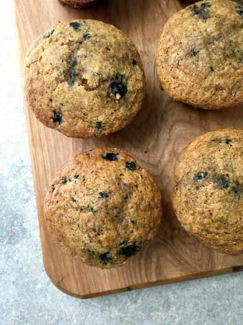Muffins de blé entier aux bleuets sur une planche