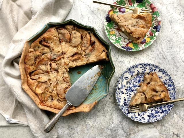 Tarte aux pommes suédoise avec deux assiettes