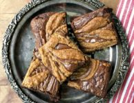 Brownies au chocolat et aux volutes de beurre de sésame.