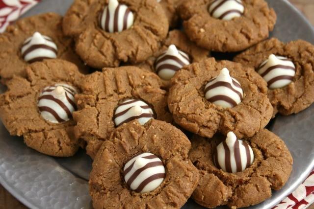 Biscuits à la mélasse et au beurre d'arachide dans une assiette