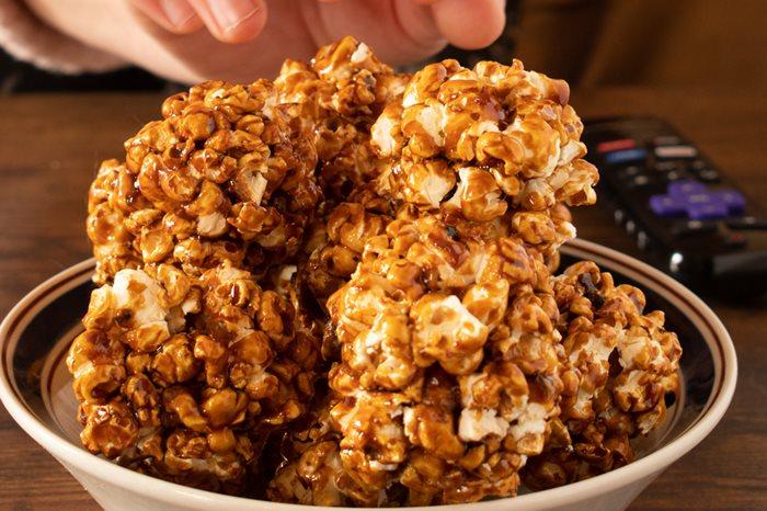 Boules de maïs soufflé dans un bol