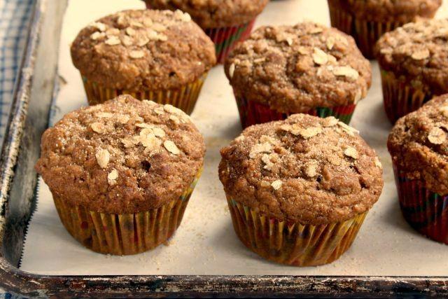 Muffins à la citrouille, aux flocons d'avoine et à la mélasse sur une plaque