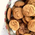Les meilleurs biscuits au gingembre avec du gingembre en poudre, frais et confits