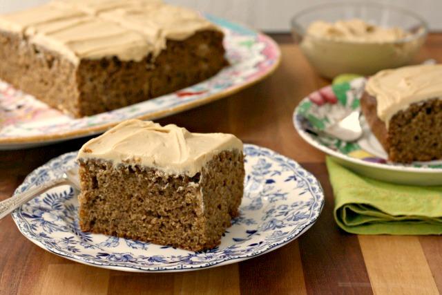 Gâteau aux bananes sans sucre raffiné dans une assiette bleue
