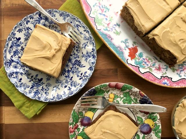Gâteau aux bananes sans sucre raffiné avec glaçage