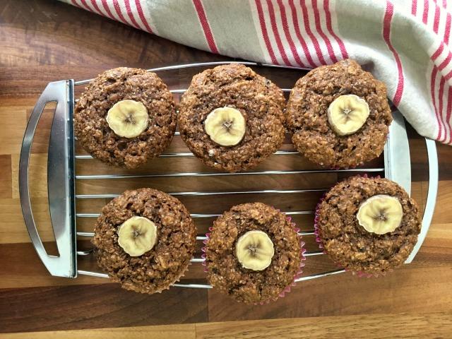 Muffins au son et à la banane sur une grille