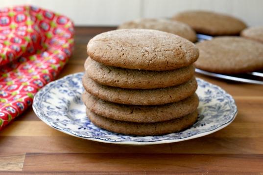 Biscuits géant à la mélasse dans une assiette
