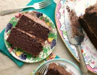 Ce délicieux gâteau au chocolat et à la mélasse est pratique et facile à faire.