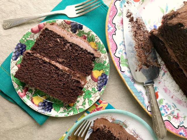 gâteau au chocolat et à la mélasse  dans une assiette