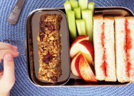 Barres granola aux pépites de chocolat dans une boîte à lunch