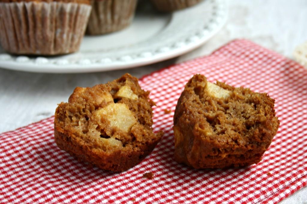 Muffins pomme-cannelle à la mélasse coupé en deux