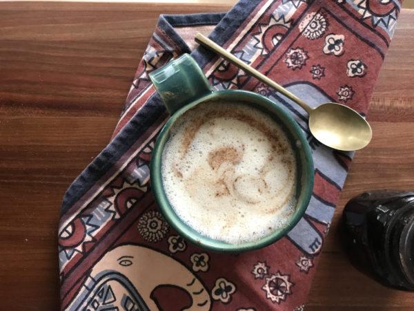 Tasse de thé chai latte maison