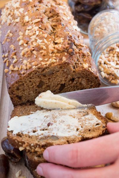 pain dattes et noix avec beurre