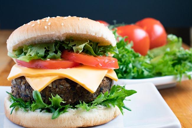 hamburger vegetarien avec tomates
