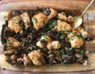 plat avec poulet et champignons