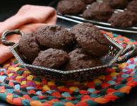 Biscuits sans gluten au chocolat dans une assiette