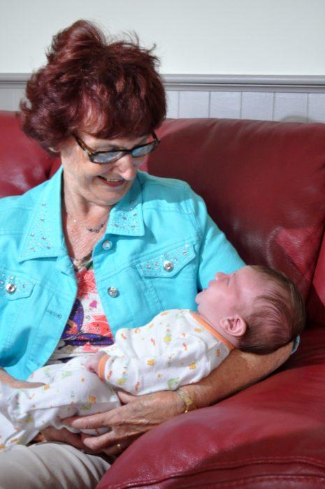 grand maman avec bébé