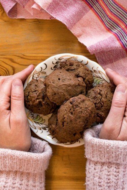 mains tenant tune assiette de biscuits au chocolat