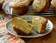 muffins a la peche sur une assiette