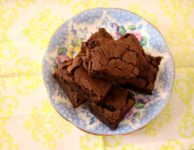 brownies dans une assiette