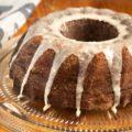 gâteau avec glaçage sur une assiette