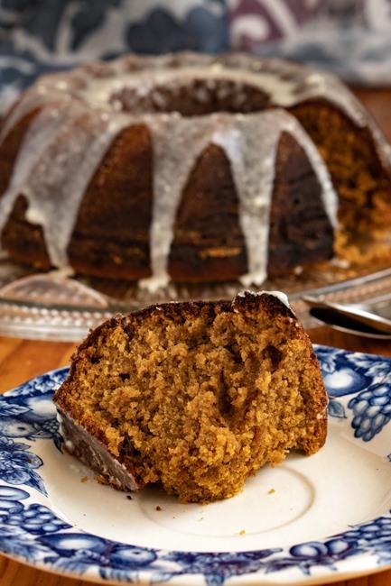 morceau de Gâteau Bundt au pain d'épices à l'orange