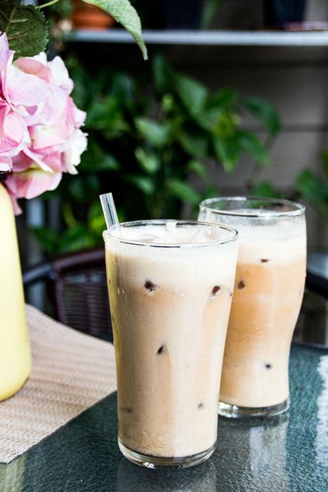 deux lattés glacés en été