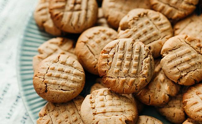 Des biscuits faits maison sur une assiette.