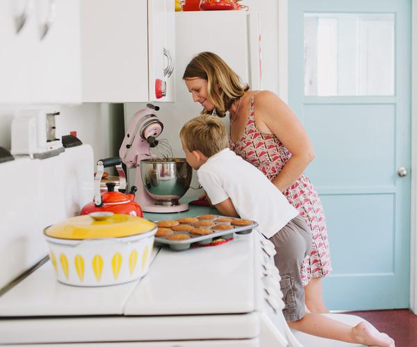 Une mère et son fils cuisinant dans la cuisine